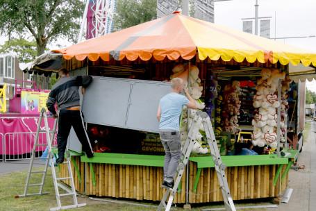 Opbouwen van kermis Spuiboulevard Dordrecht