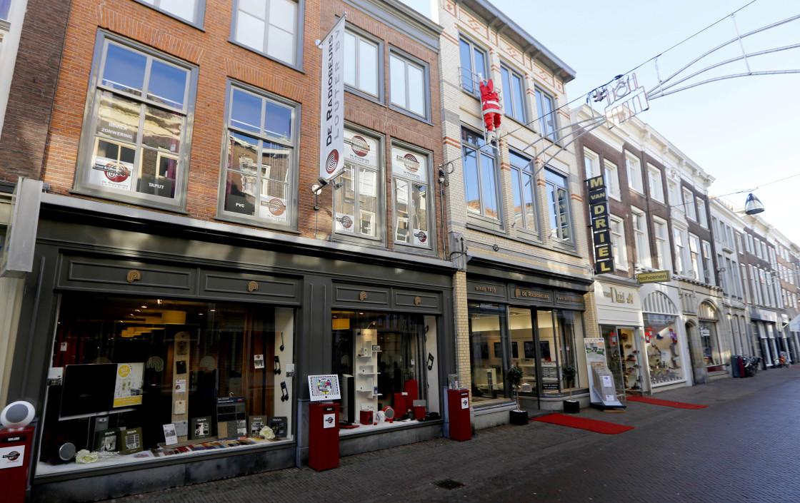 1de5604822 DORDRECHT – Een week of vier zijn de deuren van de Radiobeurs op de  Voorstraat gesloten geweest. Komende zaterdag gaan ze weer open.