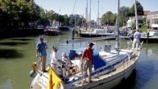 Jaap Smit (wit overhemd) arriveert in de Dordtse haven. (Foto's: Thymen Stolk)